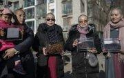 Баривчлагдсан хуульчдын эхнэрүүд үсээ хусаж, эсэргүүцлээ илэрхийлэв