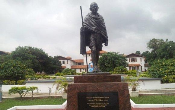 Гандиг арьс өнгөөр ялгаварлагч хэмээн үзэж, хөшөөг нь буулгажээ