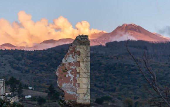 Сицилид газар хөдөлж, эртний сүм нуржээ