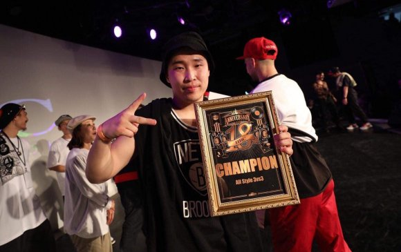 Гудамжны бүжгээр Монгол залуу дэлхийн аварга боллоо