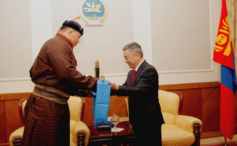 Ерөнхийлөгчийн нэрэмжит цомыг Монгол Улсын харцага О.Хангайд гардуулж өглөө