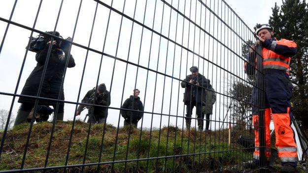 Дани улс гахайн мялзангаас сэргийлж хил дээрээ төмөр хашлага барьж байна