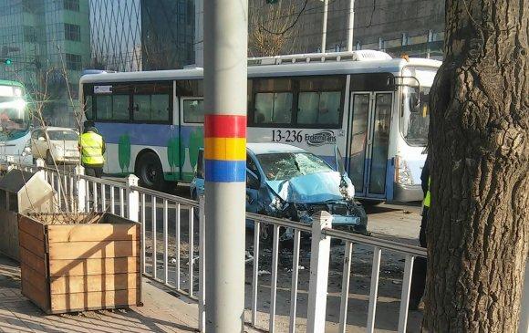 Хоёр машин шүргэж, автобустай мөргөлджээ