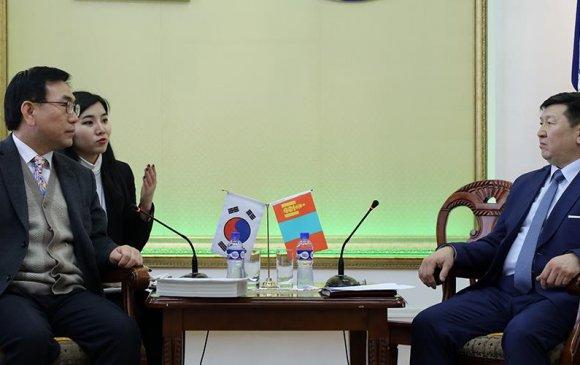 Солонгос улсад хөдөлмөр эрхлүүлэх талаар хөндөв