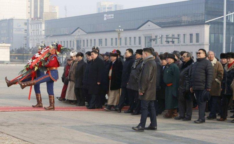 Д.Сүхбаатарын хөшөөнд цэцэг өргөж, Чингис хааны хөшөөнд хүндэтгэл үзүүлэв