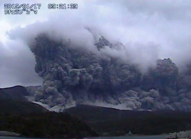 Японд галт уул дэлбэрч, үнс нурмаа цацав