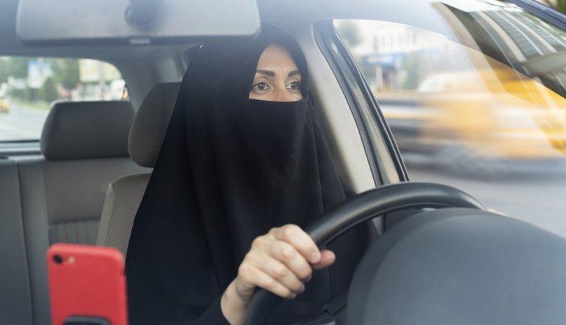 Саудын Арабын олон мянган эмэгтэй жолооны үнэмлэхээ гардан авчээ