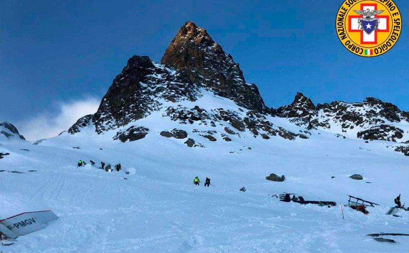 Альпийн нуруунд нисдэг тэрэг жижиг оврын онгоцтой мөргөлджээ