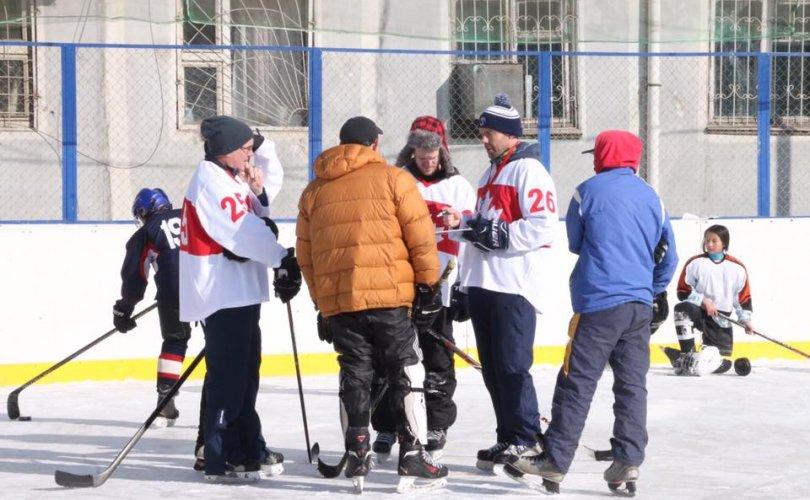 Канадын хоккейчид монголын баг тамирчдыг сургаж байна