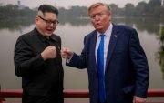 Ким-Трампын дүрд хувирагчдыг сүрдүүлжээ