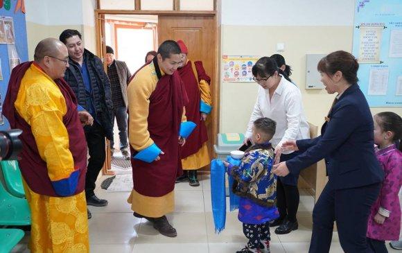 Наро Банчэн гэгээнтний хүмүүнлэгийн үйлс хүүхэд багачуудыг баярлуулжээ