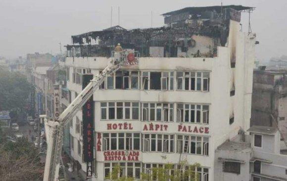 Энэтхэгт зочид буудалд гал гарч 17 хүн амиа алджээ