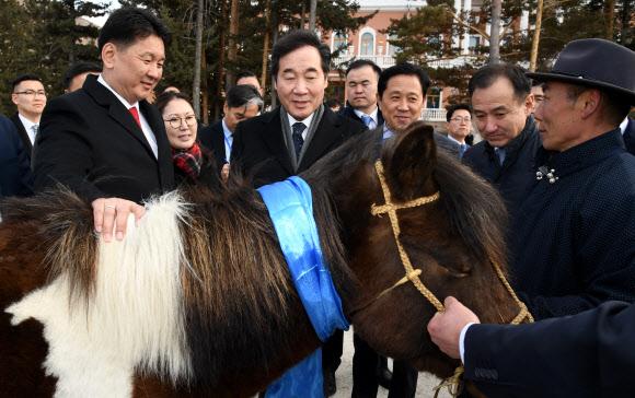 """БНСУ-ын Ерөнхий сайд бэлгэнд авсан монгол морио """"Солонго"""" хэмээн нэрлэжээ"""