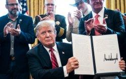 Трамп онц байдлыг хэвээр үлдээхээр хориг тавьжээ