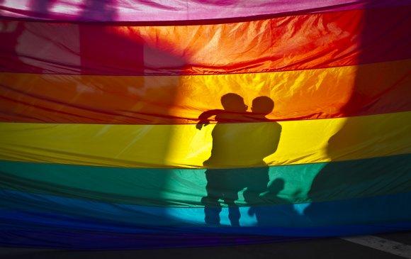 Бруней улс ижил хүйстнүүдийг чулуугаар цохиж цаазалдаг болно
