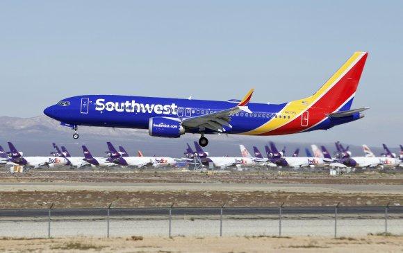 Boeing 737 Max онгоцны хөдөлгүүр доголдож ослын буулт хийжээ