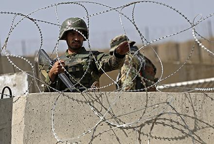 Талибууд Афганистаны цэргийн хүчний баазад халджээ