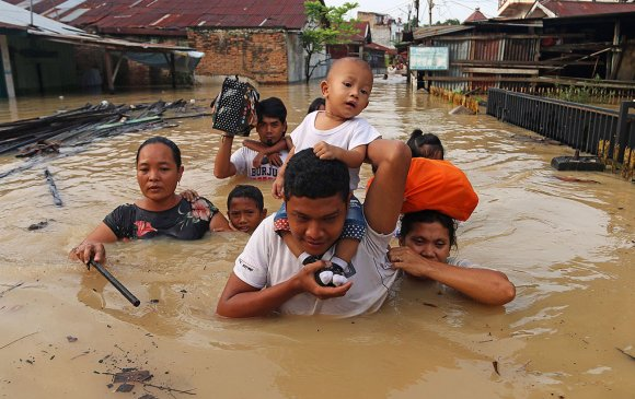 Индонезид үерийн улмаас 73 хүн амиа алджээ