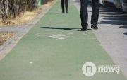 """""""Явган хүний замын нэг хэсгийг өөр өнгөөр будсанаа дугуйн зам гээд нэрлэдэг"""""""