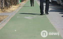 """""""Явган хүний замын нэг хэсгийг өөр өнгөөр будсанаа дугуйн зам гэдэг"""""""