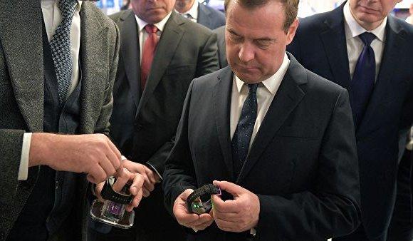 Ерөнхий сайд Медведев ухаалаг цаг үйлдвэрлэснийг сайшаав