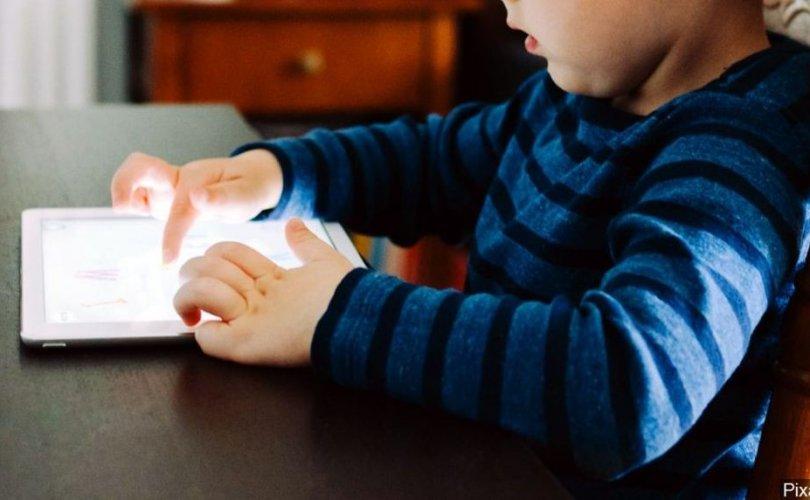 Гурван настай хүү аавынхаа Ipad-ыг 2067 он хүртэл түгжжээ