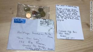 9 настай охин цуглуулсан мөнгөө Нотр Дам сүмд хандивлажээ