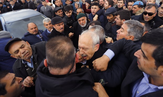 Туркийн иргэд сөрөг хүчний удирдагчийн биед халджээ