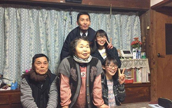 Монголчуудыг сүмогоор төсөөлж, хоймортоо морин хуур залсан Япон гэр бүл