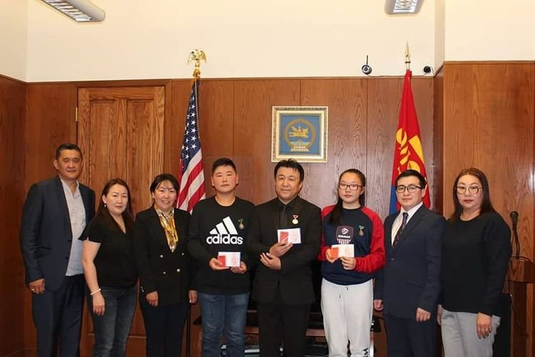 АНУ-ын иргэний амь насыг аварсан монгол хүүхдүүдийг шагналаа