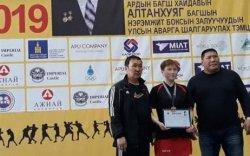 Боксын залуучуудын улсын аварга шалгаруулах тэмцээнээс алтан медаль хүртлээ
