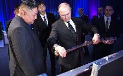 Кимийн бэлэглэсэн хүйтэн зэвсгийн хариуд Путин зоос өгчээ