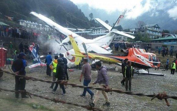 Непалд онгоц хоёр нисдэг тэрэгтэй мөргөлджээ