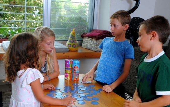 Гар утасны тоглоомыг хүүхэддээ тоглуулахын оронд амьд харилцаа үүсгэх тоглоом тоглоцгооё!