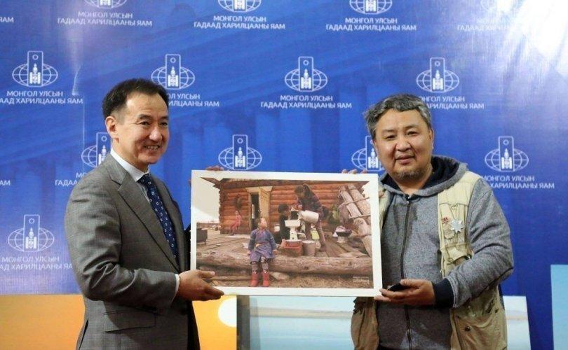"""""""Бидний цөөхөн Монголчууд"""" төслийнхөн 1000 ширхэг зургаа Д.Цогтбаатар сайдад хүлээлгэн өглөө"""
