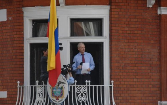 Ассанжийг Эквадорын ЭСЯ-наас хөөж, баривчилна