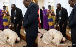 Ромын пап Өмнөд Суданы Ерөнхийлөгчийн хөлийг үнсжээ