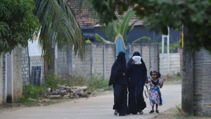 Шри-Ланкад олон нийтийн газар гивлүүр зүүж явахыг хориглов