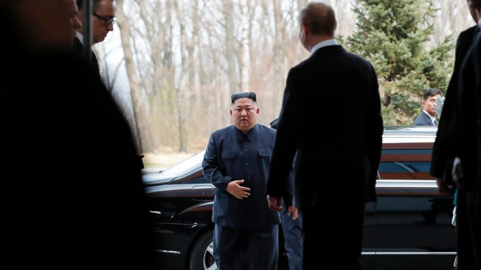 "Ким Жон Ун дахин ""алга болж"", түүний дүү анхаарлын төвд оров"