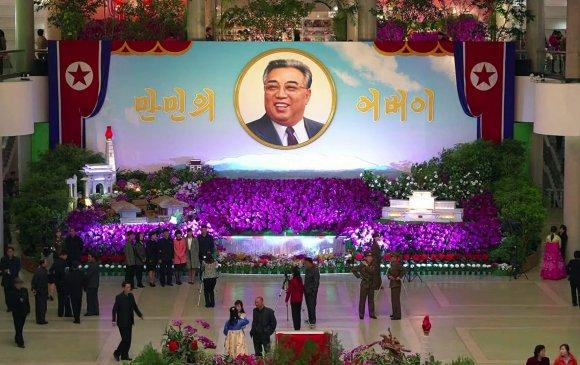 БНАСАУ-ын ард иргэд Ким Ир Сений мэндэлсэн өдрийг тэмдэглэж байна