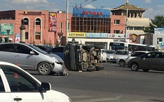 Микроавтобус хажуугаараа унаж, таван хүн хөнгөн гэмтжээ