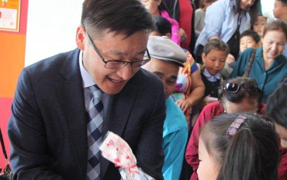 Баянзүрх дүүрэг 1000 хүүхдийг хүлээн авч хүндэтгэл үзүүллээ