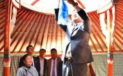 """Гурван өрхөд """"Монгол гэр"""" хандивлалаа"""