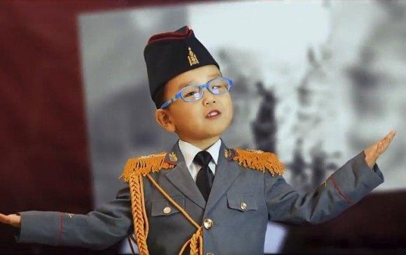 Ялалтын баярт уригдан дуулсан монгол хүүхдүүд