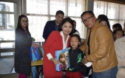 УИХ-ын гишүүн Б.Саранчимэг эх үрсийн баяраар хүүхдүүдэд оюуны бэлэг барилаа