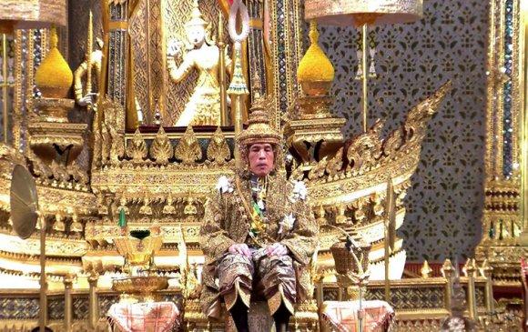 Тайландын хааны хаан ширээнд залрах хачирхалтай зан үйлүүд