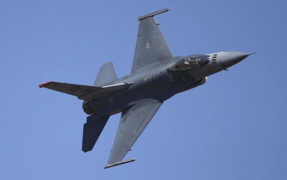 F-16 сөнөөгч онгоц Калифорнийн цэргийн баазын агуулах дээр унаж сүйрчээ