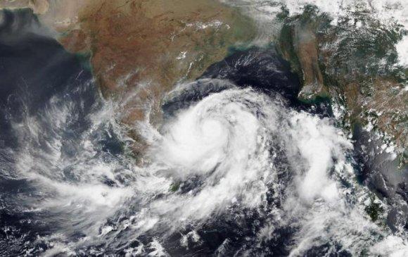 Энэтхэгт хүчтэй хар салхи болж, 1,2 сая хүнийг нүүлгэн шилжүүлжээ