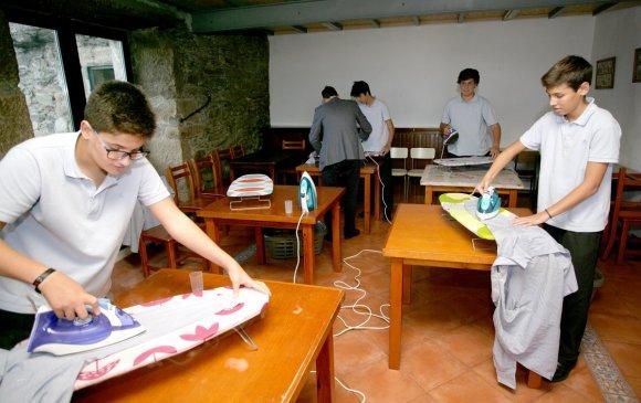 Хөвгүүдэд гэрийн ажил заадаг сургууль