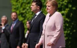 Ангела Меркель дагжтал чичирч байсан ч тэвчжээ